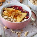 weihnachtliches Porridge mit Kirschen und Äpfeln