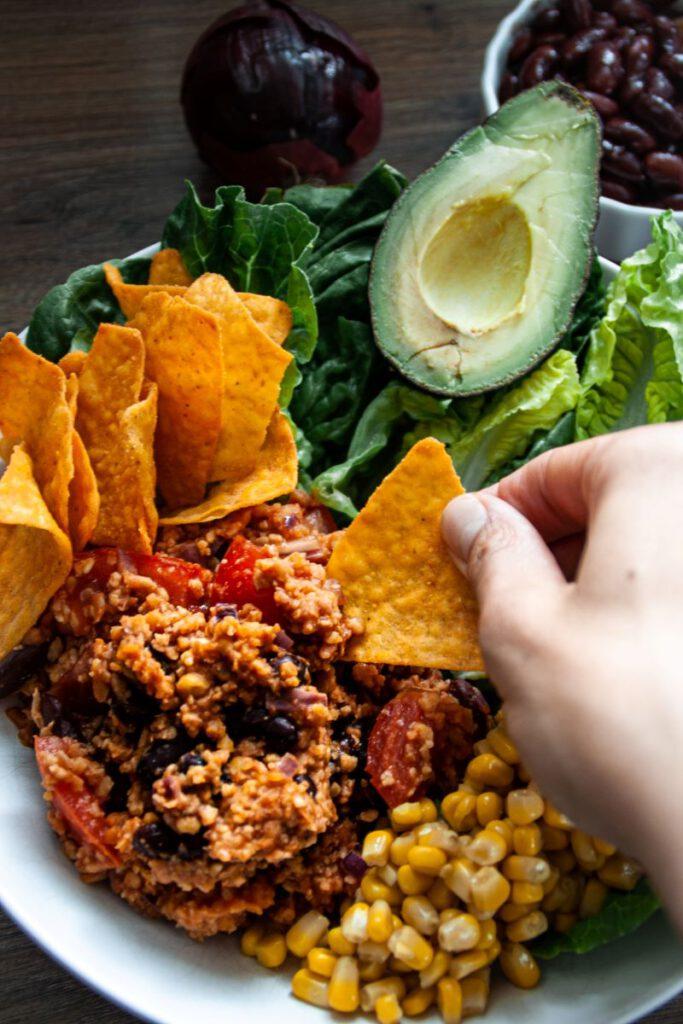 Zum Dippen: Tex Mex Taco-Bowl mit veganem Hackersatz