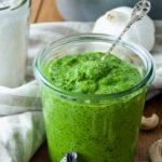 Frisches Pesto aus Feldsalat im Glas
