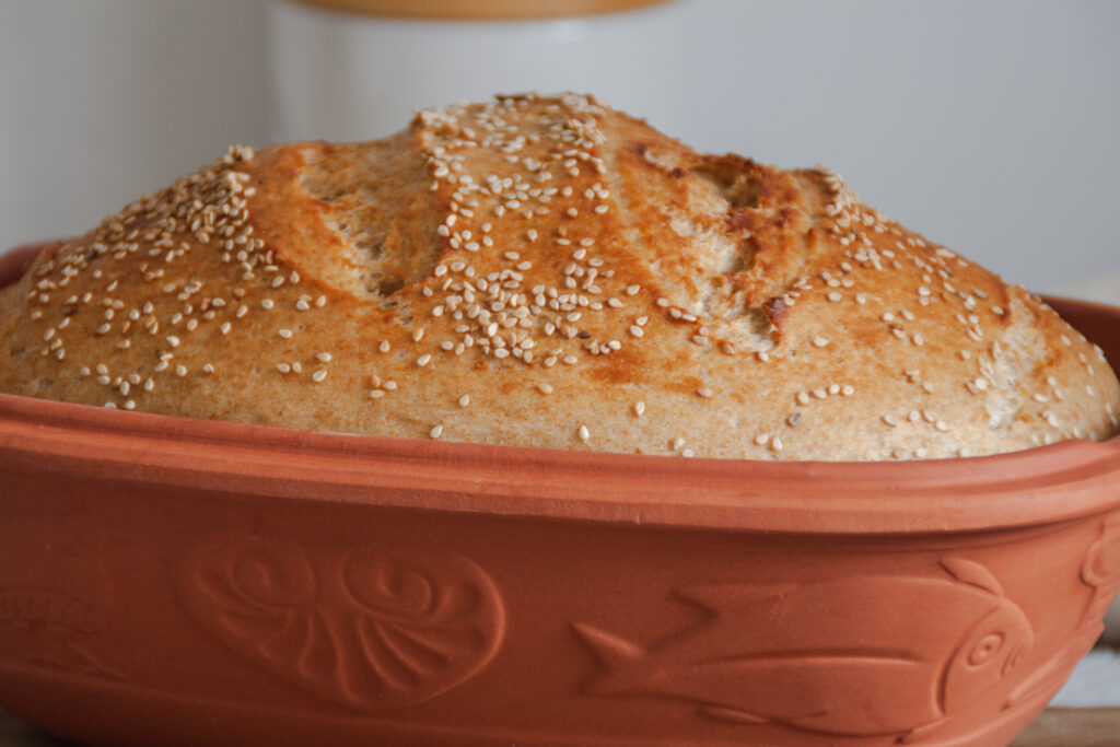 Brotkruste vom Dinkeljoghurtbrot im Römertopf
