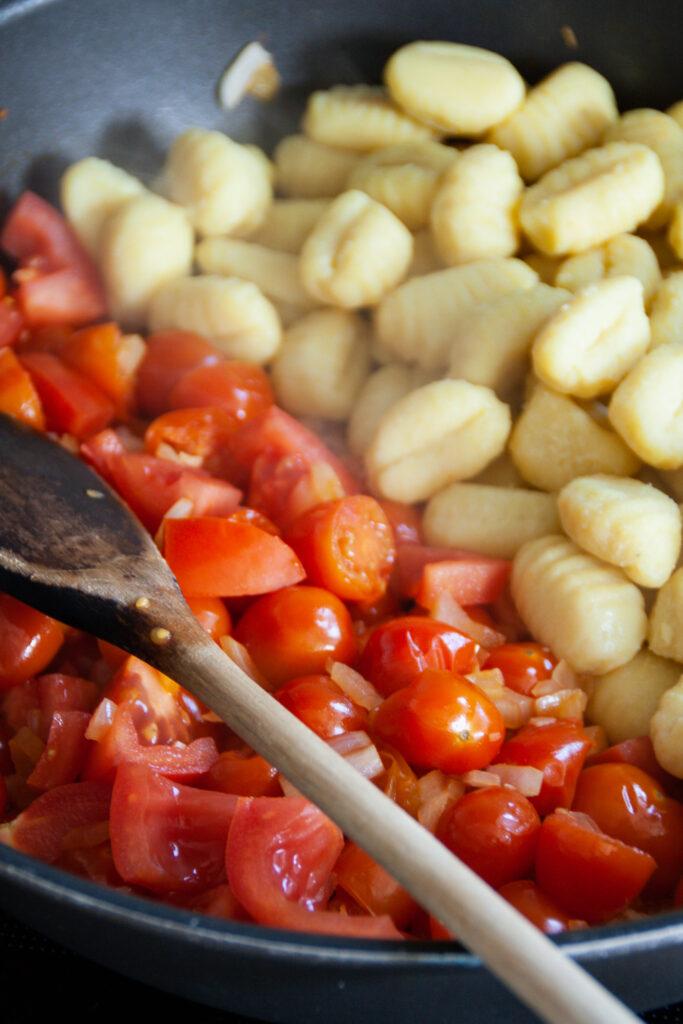 Gnocchi und Tomaten in der Pfanne