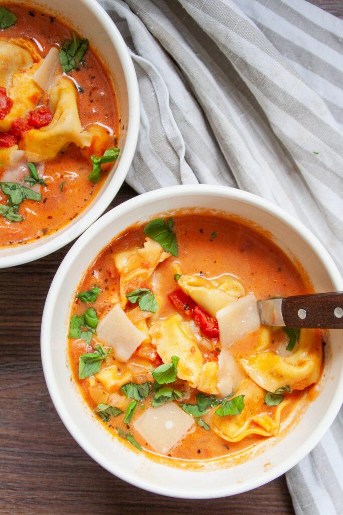 Schnelle Tortellinisuppe mit Tomaten