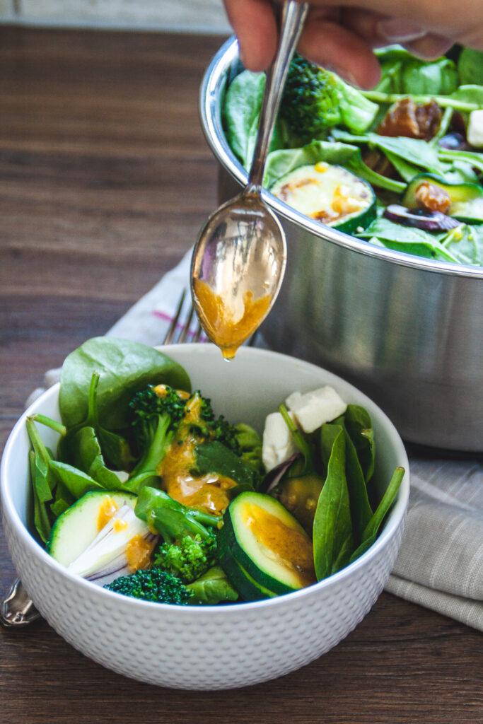 Es gibt wenige grüne Salate, für die ich mich wirklich in die Küche stelle und ein Rezept befolge. Aber wenn es einen gibt, dann diesen hier. Ich liebe die Kombination aus frischem Blattsalat, süßen Datteln, scharfen Zwiebeln und gedünstetem Brokkoli. Dann noch etwas Feta drüberkrümeln. Abgeschmeckt mit einem herrlich leckeren Dressing – fertig. Und heute sage ich dir, wie du diesen Salat auch machen kannst.
