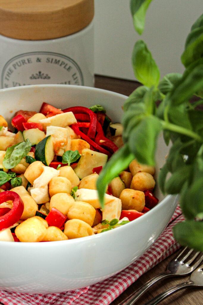 Wir wollen Salat, denn es ist heiß, der Sommer ist da und niemand will schwere, warme Gerichte essen! Daher gibt es heute mediterranen Gnocchi Salat mit einer Extraportion Gemüse für warme Sommertage am See, als Grillbeilage oder einfach so.