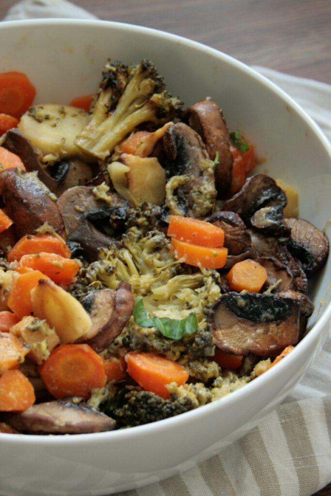 Ein schnelles Gericht für den Sommer- oder auch Herbstabend, bei dem auch die ganz Kleinen nicht zu kurz kommen: Ofengemüsesalat mit Tahini. Gerade, wenn es einmal schnell gehen darf, weil du anderes zu tun hast, ist dieser Salat perfekt. Gemüse schneiden, würzen und in den Ofen, Pilze kurz braten, fertig.