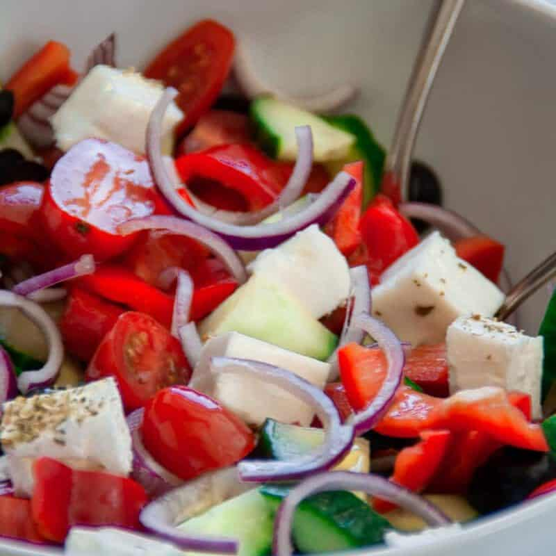 Griechischer Bauernsalat ist mit viel frischem Gemüse und herzhaftem Feta der Sommersalat schlechthin. Immer lecker, einfach vorzubereiten und perfekt als Beilage zum Grillen oder zu Fladenbrot an einem warmen Abend.