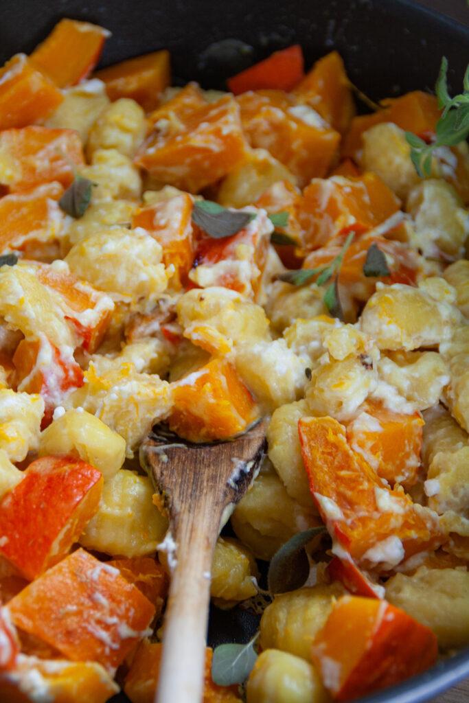 Kürbispfanne mit Gnocchi und Feta