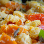 Cremige Gnocchi mit Kürbis in vegetarischer Fetasauce